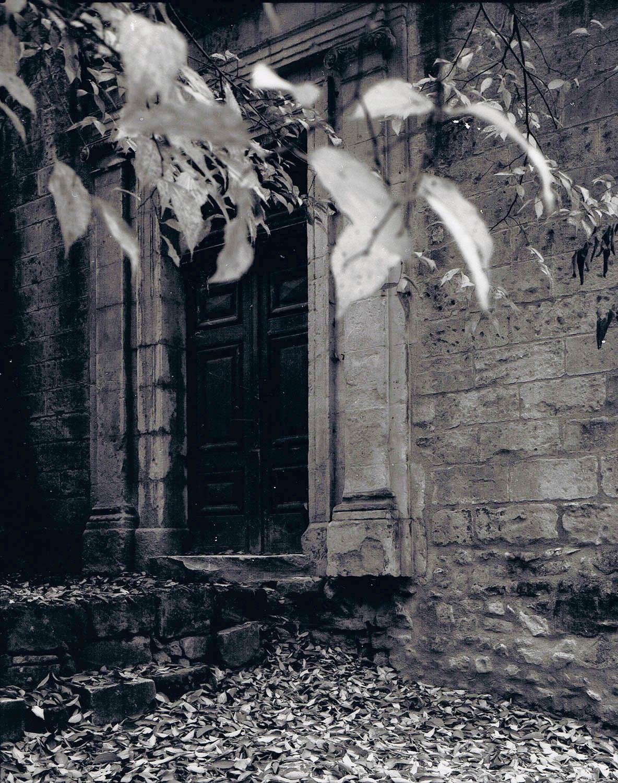 Porte, architecture bois et pierre, Arles