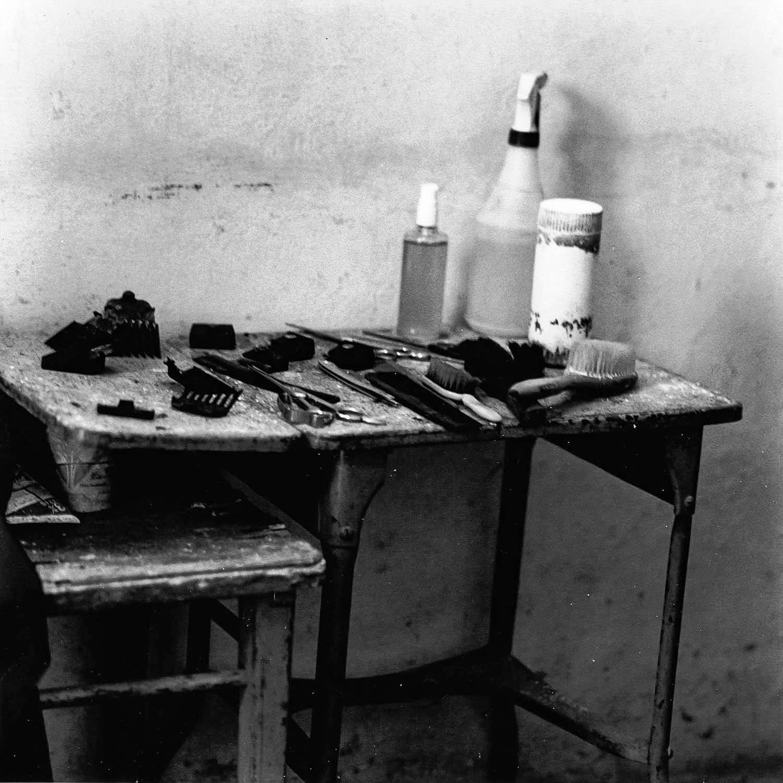 Chez le barbier, accessoires, La Havane, Cuba 1999
