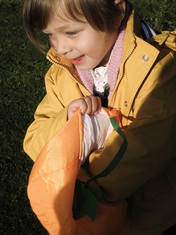 Pâques, chasse aux oeufs, portrait d'enfant