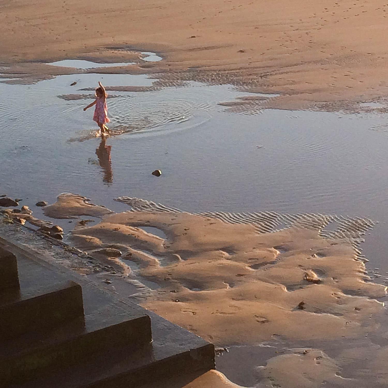 Enfant danse sur la plage
