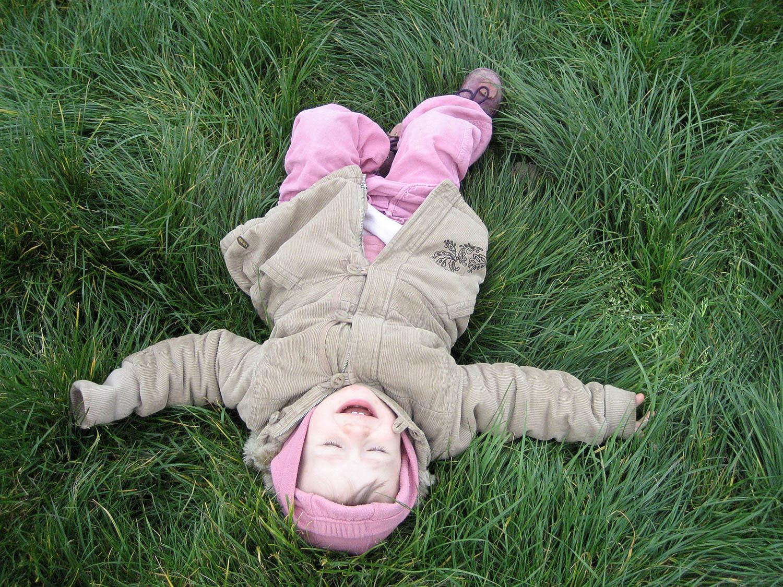 Bébé dans l'herbe, joie pure