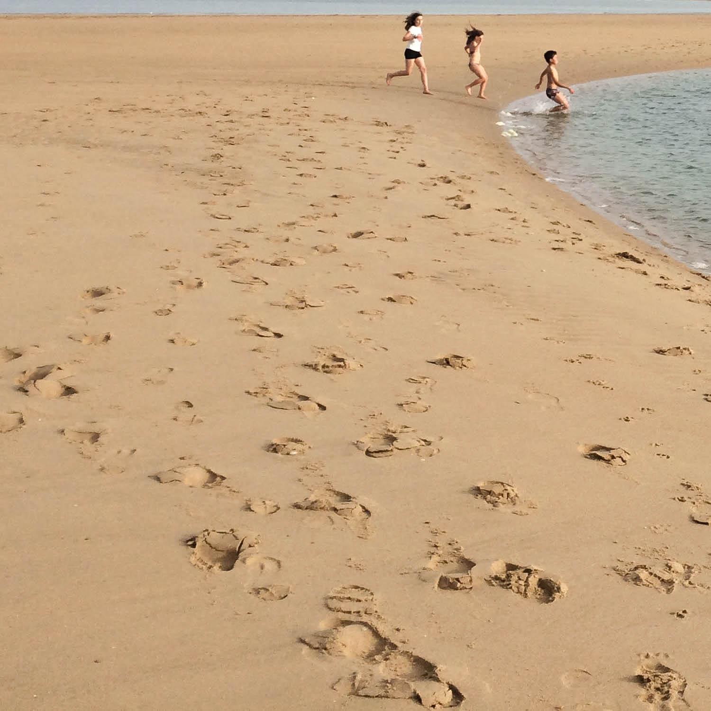 Course d'enfants sur la plage