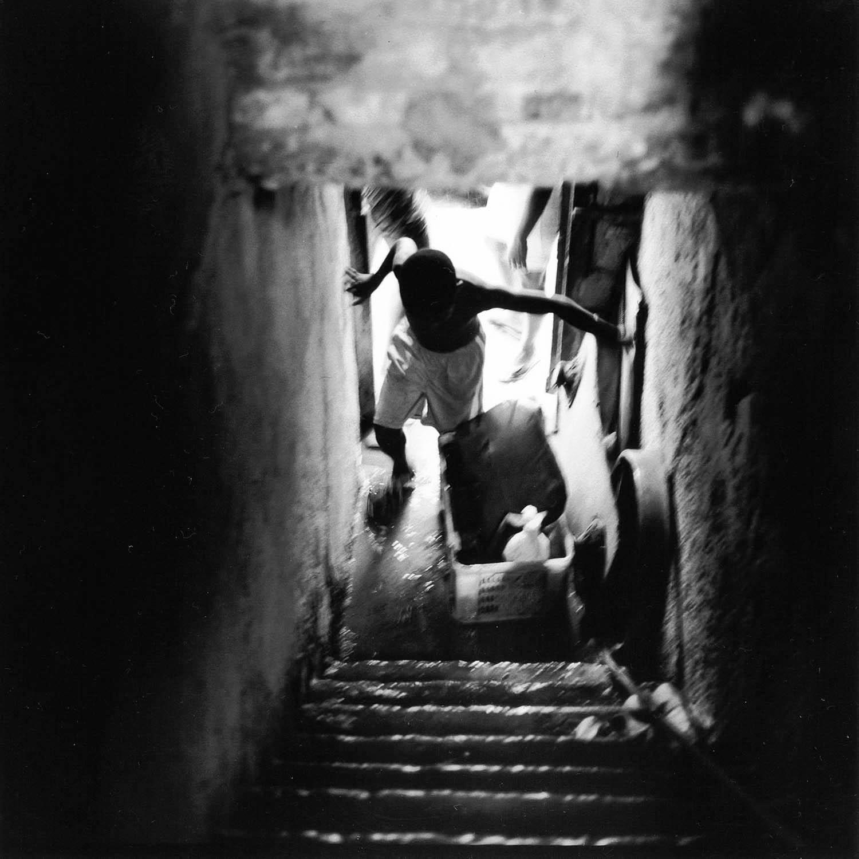 Enfant dans l'escalier, La Havane, Cuba 1999