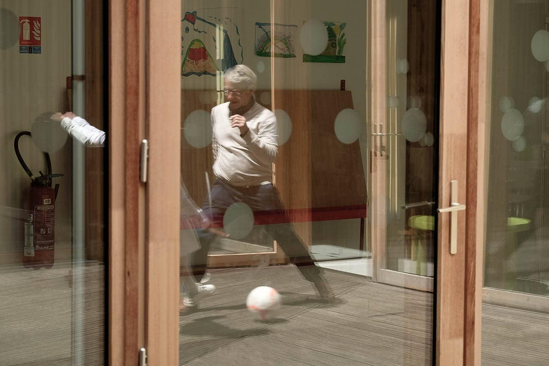 Jeux intergénérationnels, foot, patio en bois