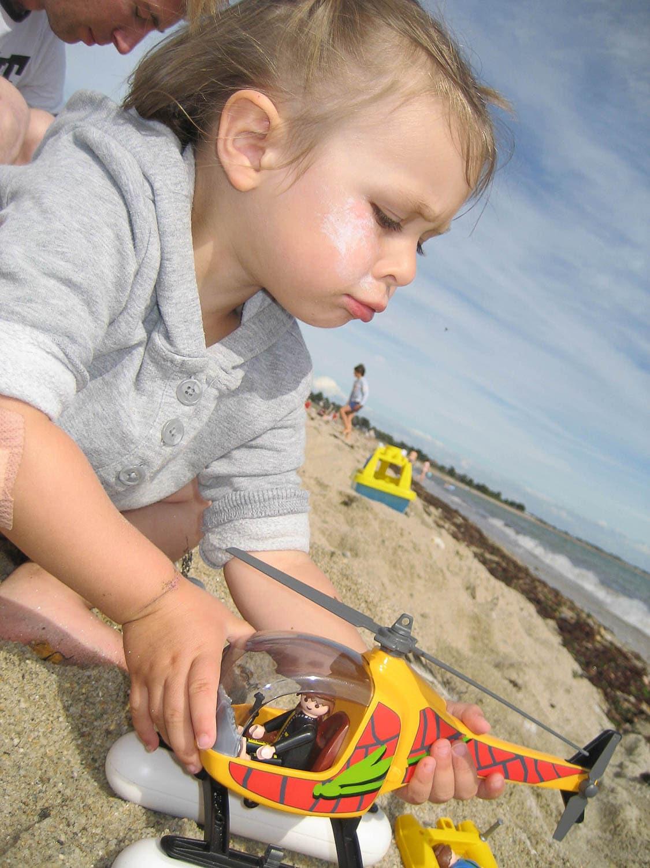 Jeu de playmobils sur la plage, portrait