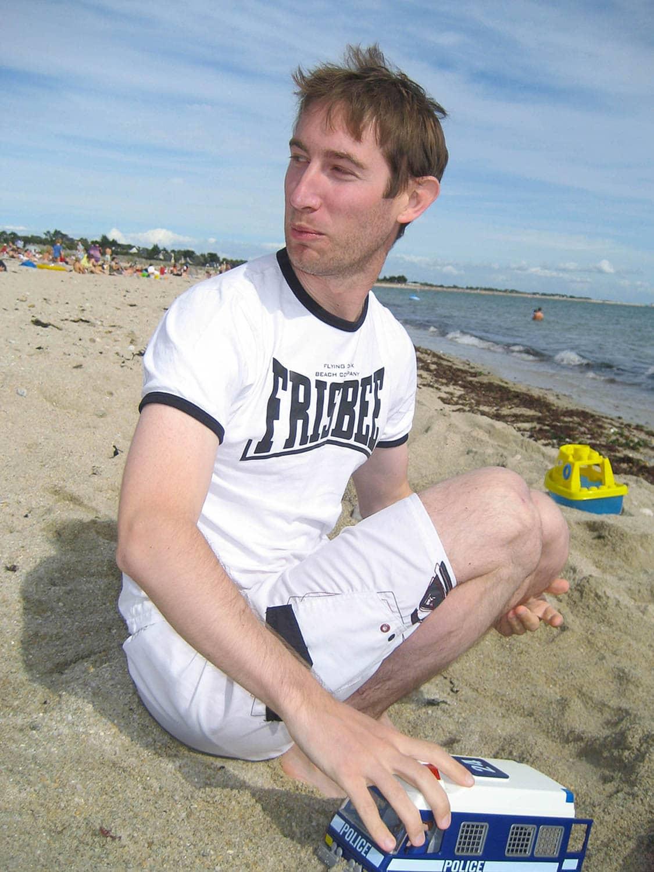 Jeu de playmobils intergénérationnel sur la plage