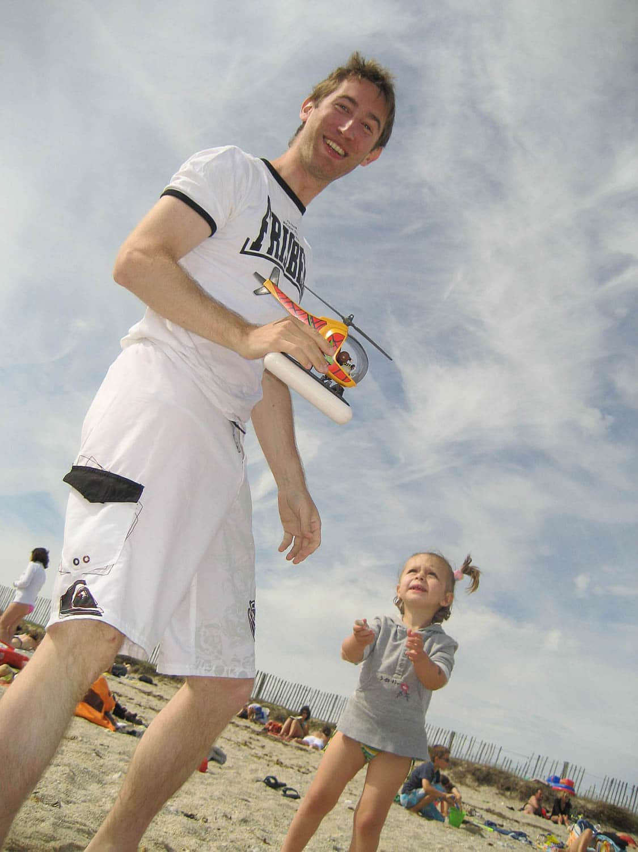 Jouer aux playmobils sur la plage